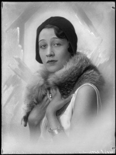 Toto Koopman, 1929. Model, Spion, Actrice. Zij werd bekend als model voor Chanel en Vogue. Tijdens de oorlog werkte ze als spion voor de geallieerden in Italië. Ze werd in 1941 gedeporteerd naar Ravensbrück, waar ze voedsel smokkelde voor gevangenen en waar ze bemiddelde voor gevangenen. Toto overleefde het kamp en werd verliefd op Erica Brausen, een kunsthandelaar in Londen van de Hannover Gallery waar de carrières van Bacon, Matisse, Miró, Man Ray en Magritte werden gelanceerd.