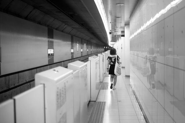Woman, Alone, metro, subway, b, Black White, Tokyo, City, People, Walk, photo Alberto Strada