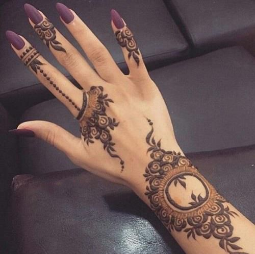 Though traditional mehndi designs will never go out of trend, experimenting with designs is a great fun. So, try something sassy and modish!