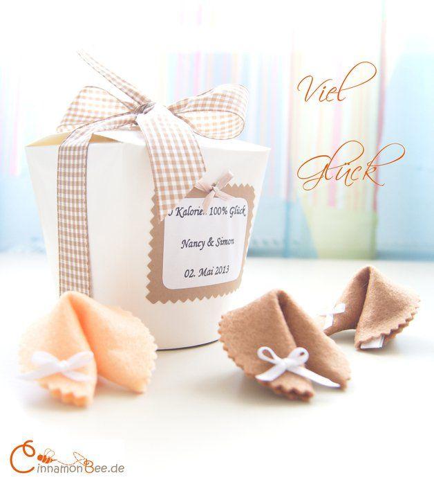 Witzige Idee für Gastgeschenke: Box mit Glückskeksen / cute wedding gift idea, fortune cookies in a box made by CinnamonBee via DaWanda.com