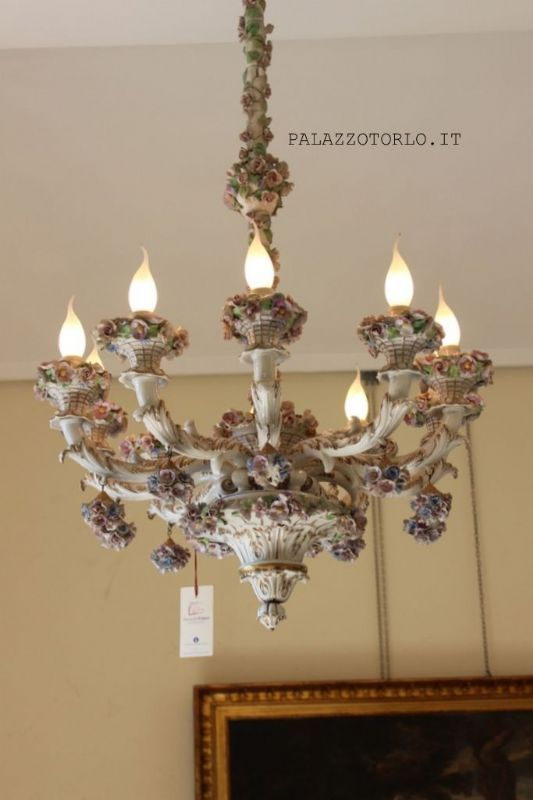 Epoca: Primi del Novecento  Lampadario in porcellana decorata e dipinta. Ø 70 x h 110 cm.
