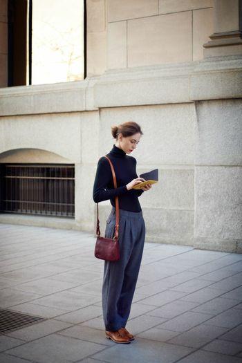 ダボっとしたシルエットがかわいいパンツにセーターをインして。肩にかけたバック、革靴...全て計算されつくしたコーディネート。
