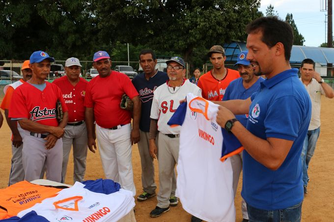 Alcalde Juan Perozo dotó de uniformes a equipos deportivos del municipio