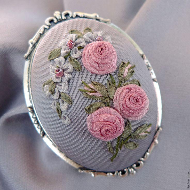 Купить Брошь жемчужно-серая с вышивкой лентами Жемчужное настроение - серый…