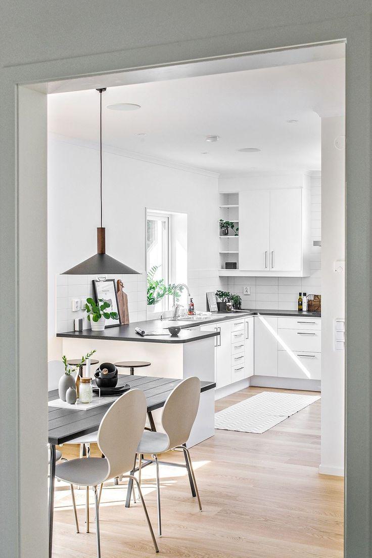 Kök från Ballingslöv i vitt med svart bänkskiva i laminat och snyggt vitt kakel. Bardisk mot matplatsen med plats för två.