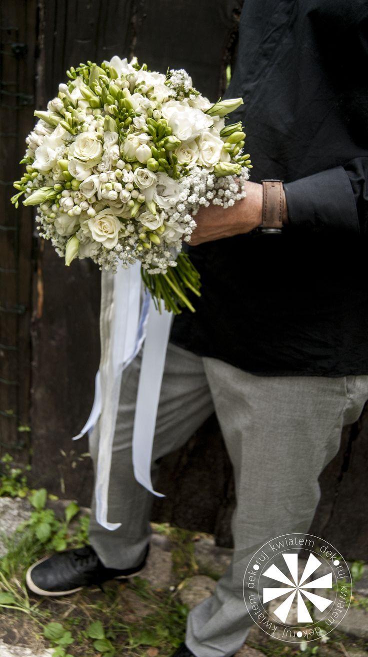 Okrągły bukiet ślubny z róży eustomy i frezji wykończony gipsówką.