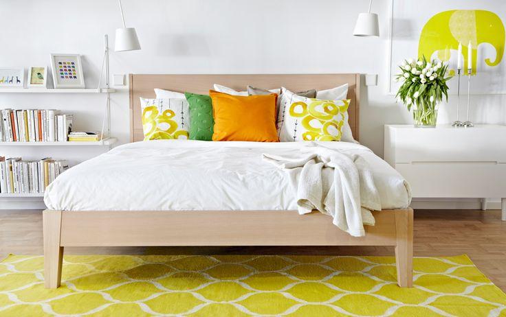 NORDLI seng af bøgetræsfiner, hvid SVEIO kommode og hvide TISDAG LED lamper