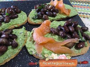 Crostini spinaci salmone e fagioli neri