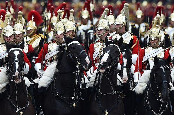 I membri della Household Cavalry Mounted Regiment processo lungo il Mall a Buckingham Palace da Horse Guards Parade durante il compleanno della regina ...