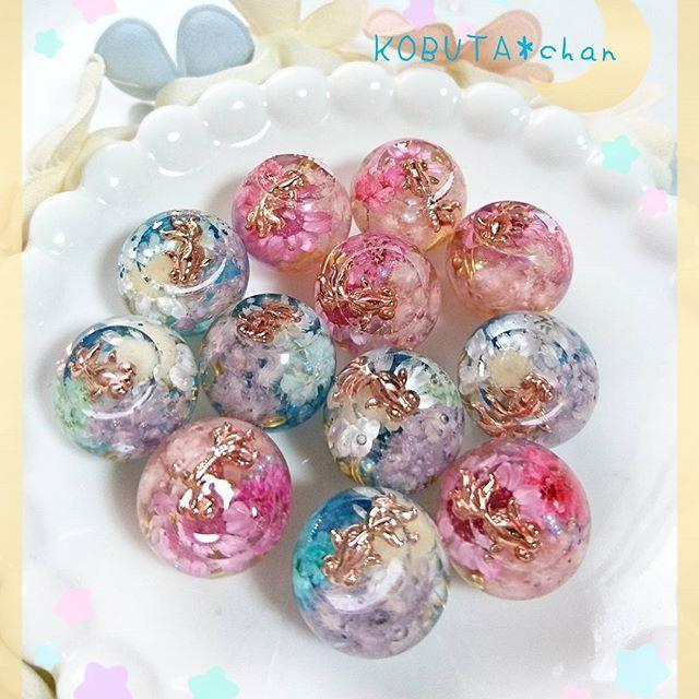 【kobuta_aya】さんのInstagramをピンしています。 《♥KOBUTA*chan 🌠金魚花火 バレンタイン⇒恋心 冬バージョン⇒初雪 こちらも季節に合わせて作りました🎶 今までの虹色は、年中作っていきます👌  母へのプレゼント、すごく喜んでもらえました お誕生日会で他にもたくさんいたのですが、メモリーオイルが人気で、別で用意してたものも全部持って行かれてしまいました💦 私のメモリーオイルまで 2月はバレンタインなので、恋愛メモリーオイルを作ります💕💕 #レジン#レジンアクセサリー#オルゴナイト#オルゴナイトアクセサリー#金魚花火#熱帯魚#アクアリウム#KOBUTAchan》