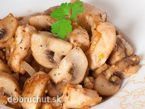 Kuracie soté so šampiňónmi -  Na oleji zpeníme cibuľu, neskôr pridáme na rezance nakrájané mäso, okoreníme a osolíme, osmahneme, pridáme...