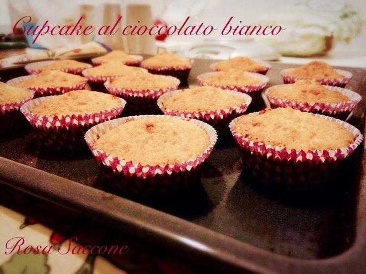 I Cupcake al Cioccolato Bianco sono deliziose tortine da decorare con panna, creme, zuccherini, riccioli di cioccolato, granella di nocciole, ecc.ecc.ecc...