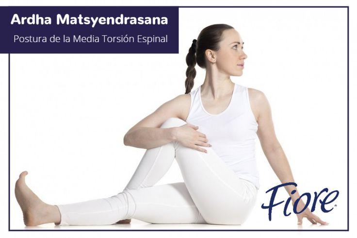 Siéntate con las piernas estiradas, los pies flexionados y la espalda recta. Lleva la pierna izquierda, doblada, sobre la pierna derecha y lleva el muslo izquierdo tan cerca de tu abdomen como sea posible. Apoya el brazo izquierdo en el suelo con la palma en el piso. Estira el derecho bien arriba. Inhala y al exhalar, gira tus hombros hacia tu izquierda.Respira profundamente y repite hacia el lado contrario. Esta postura  calma interior y mejora la digestión y calma el dolor de espalda.