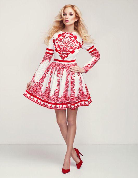 Sukienka bawełniana z dodatkiem elastanu, odcinana w talii, marszczona. Tło białe, wzór czerwony. Zapinana na zamek z boku. Występuje również dziecięca wersja sukienki. Skład: bawełna 97%, elastan 3% Modelka: 176 cm wzrostu, rozmiar XS.   Rozmiar XS Długość rękawa (cm) 60  Dłu...