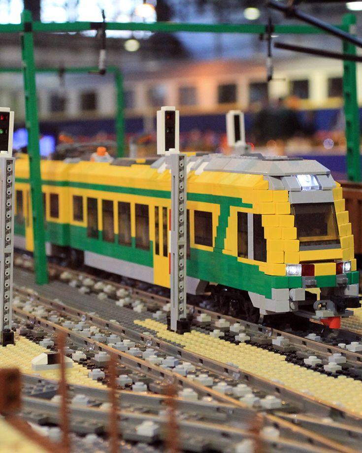 """#Temofeszt Első nap: A #Lego terepasztal. """"Nem, ezeket egyenként meg kell tervezni és nincsen olyan program, ami mondjuk bevisz CAD fájlba egy Taurust, ami aztán ki fogja kockázni nekem, hogy a legideálisabb Lego kockából kirakni a mozdonyt. Ezeket nekünk kell kitalálni, hogy hasonlítsanak az eredetire."""" - http://bolt.vasutmodellcentrum.hu/2014/10/11/lego-terepasztal/"""