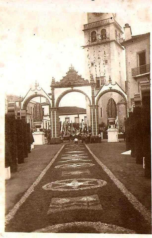 """Julho 1941, Ponta Delgada, Ilha de São Miguel  ● Detalhe de arranjo festivo (Tapete de flores) para receber o Presidente da Republica Óscar Carmona nas """"Portas da cidade"""" em Ponta Delgada"""