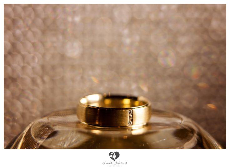 #ring #weddingring #wedding #hochzeit #groom #bride #braut #braeutigam #geschenk #present love #forever #fuerimmer #engagement #engagementring #verlobung #verlobungshooting #silver #gold #weddinghour #glitter #cluch #glass