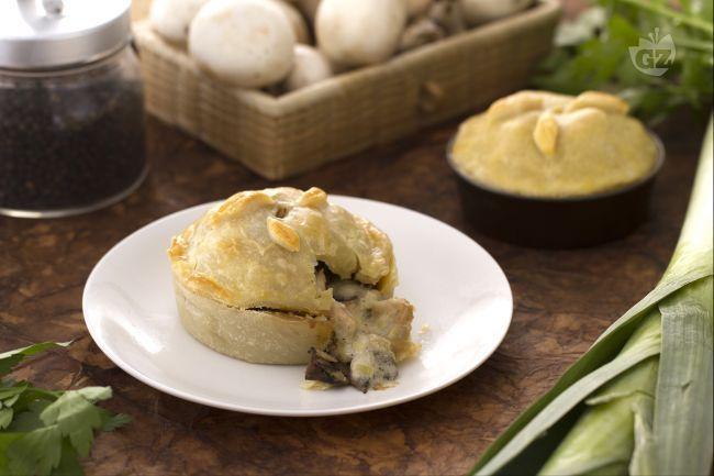 La chicken pie (torta di pollo) è un piatto unico di origine anglosassone: un delizioso pasticcio di pollo e funghi avvolto in un croccante involucro