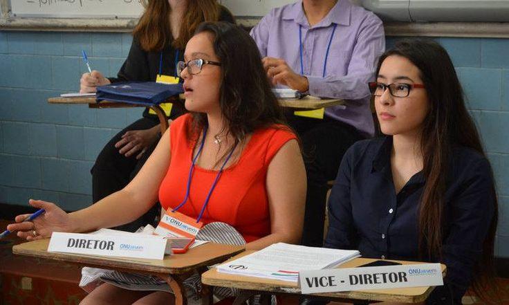 Colégio simula ONU e trabalha habilidade dos jovens  ONU Jovem tem o intuito de proporcionar visão globalizada dos conflitos atuais e encorajar discussão e resolução de problemas com temas sugeridos pela mesa diretora