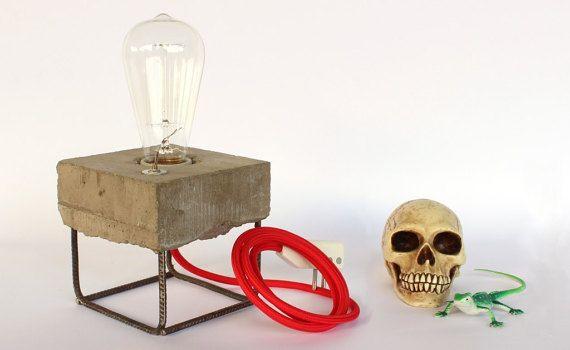 Lampada di design in cemento stile industriale -lampada da tavolo artigianale con acciaio a vista - ideale per regalo di compleanno o laurea