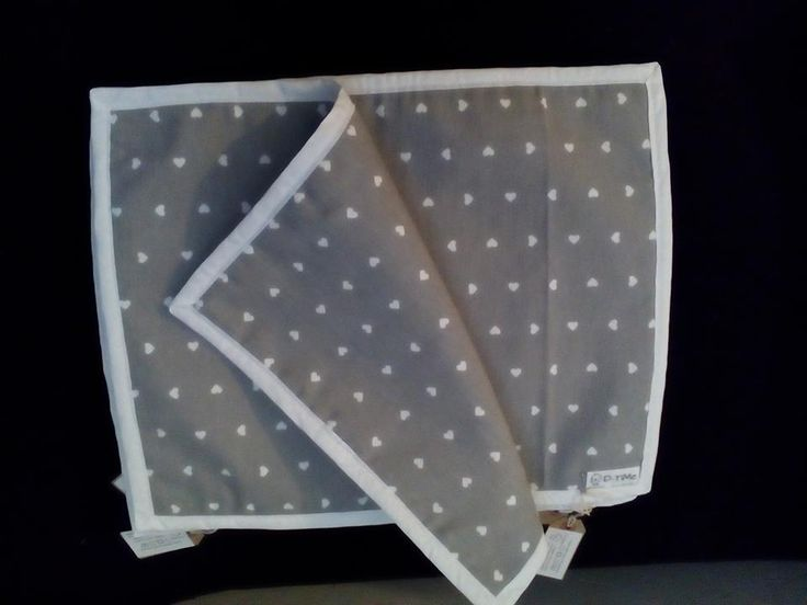 Tovagliette americane grigie con cuoricini bianchi, leggermente imbottite, con bordo bianco, fatte a mano.