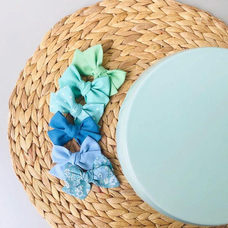 #haar #frisur #haarfarbe Ein Meer aus Grün und Blau mit einem Hauch von Blumen. Diese Sammlung wird heute Abend auf Etsy veröffentlicht. Einzelclip, Stirnband oder ...