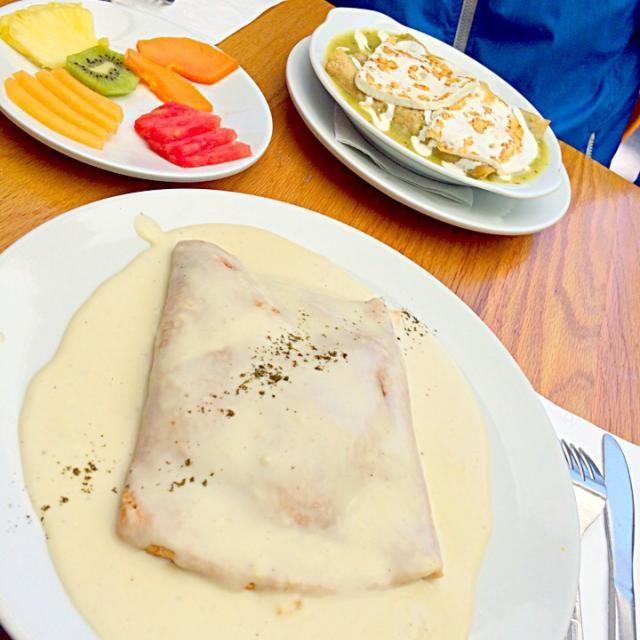メキシコに行ってきた カフェで朝ごはん - 36件のもぐもぐ - 卵クレープ with チーズのソース、トルティーヤとモッツァレラチーズ、フルーツ by さやか❤️
