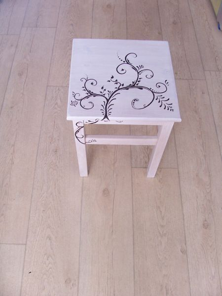 Bijzet tafeltje met white wash geschilderd en met zwarte verf en een dun penseel versiering aangebracht. Made by Crea-Lisa