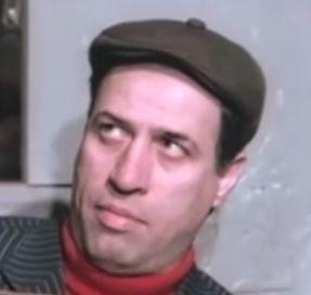 Kemal Sunal - http://jetfilmizle.net/kemal-sunal.html http://jetfilmizle.net/wp-content/uploads/resimler/2015/12/k15.jpg  Kemal Sunal Tam ismi Ali Kemal Sunal olan usa oyuncu 1944 yılında İstanbul'da doğmuştur. Doğum günü 10 Kasım'a denk gelse de 11 Kasım olarak nitelemektedir. 3 Temmuz 2000 yılında Uçak kalkmadan önce kalp krizi nedeniyle hayata gözlerini yummuştur. Sinema dünyasında toplam 26 yıl kalmış ve bu yıllara 33 film sığdırmıştır. Her