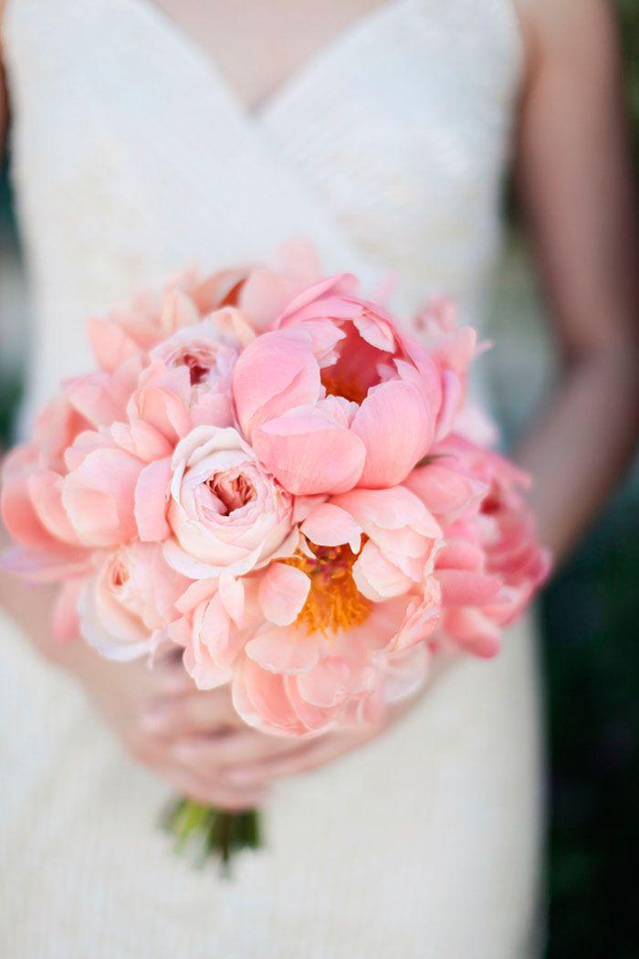 Klassische Brautsträuße mit Pfingstrosen | Friedatheres.com  peonie bouquet  Foto: Gia Canali Photography / Strauß: Amy Kaneko Events