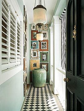 Pasillo pared cuadros colores - checkerboard floors and walls covered with photos