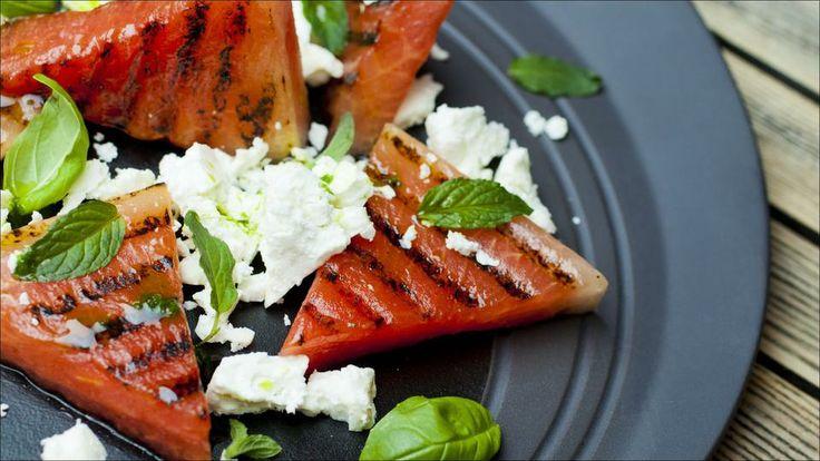 Grillet vannmelon med fetaost og basilikumolje - Godt.no - Finn noe godt å spise