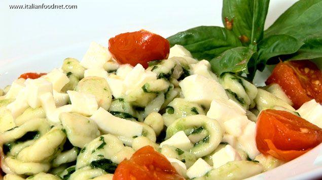 Orecchiette al pesto, pomodorini e mozzarella