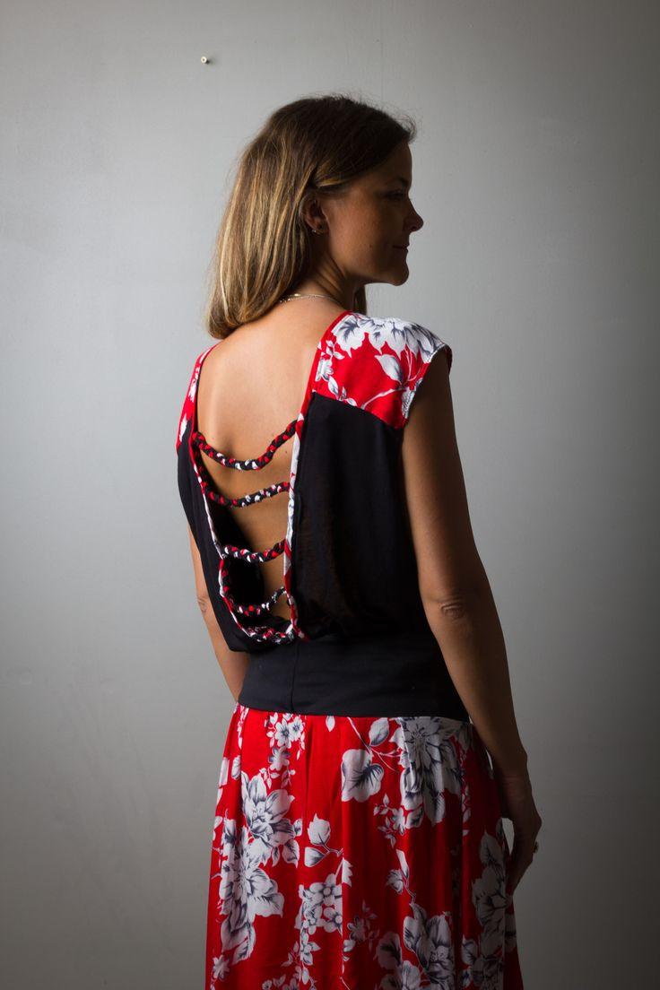 Top T-shirt dos nu pour femme, asymétrique et fluide, noir et rouge imprimé fleurs, dos décolleté profond et tressages : T-Shirt, debardeurs par all-by-k