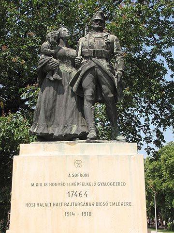 Az 1933-as soproni emlékművön a család motívuma jelenik meg. Az anya gyermekével karján támogatja a csatába induló férfit, félelem vagy bánat nem jelenik meg az arcán