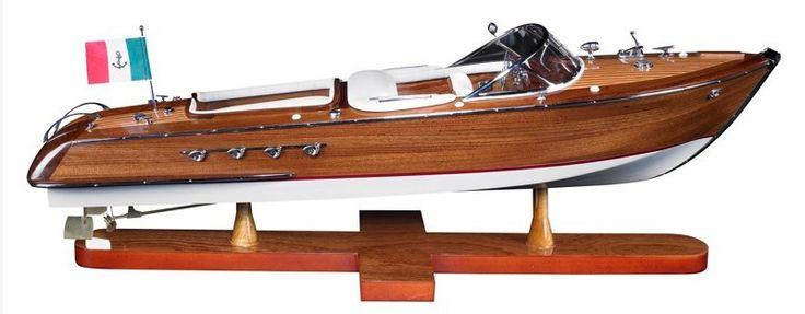 La lancha rápida Aquarama AS182 de Authentic Models es una réplica exacta construida de forma totalmente artesanal. Una pieza única fabricada con madera de caoba para la estructura y cuero para los asientos.