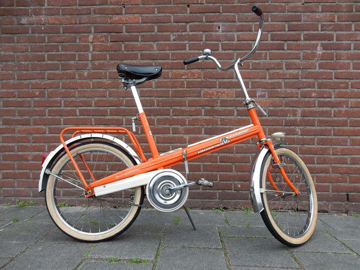 Te koop vintage vouwfiets van het merk Batavus. De foto's spreken voor zich. De fiets heeft een terugtrap versnelling en is voorzien van een slot op voorwiel, dynamo en voor-achterlamp. VERKOCHT