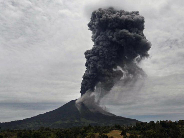 Dinsdag 17 september 2013: Een vulkaanuitbarsting op het Indonesische eiland Sumatra zorgt voor enorme aswolken.