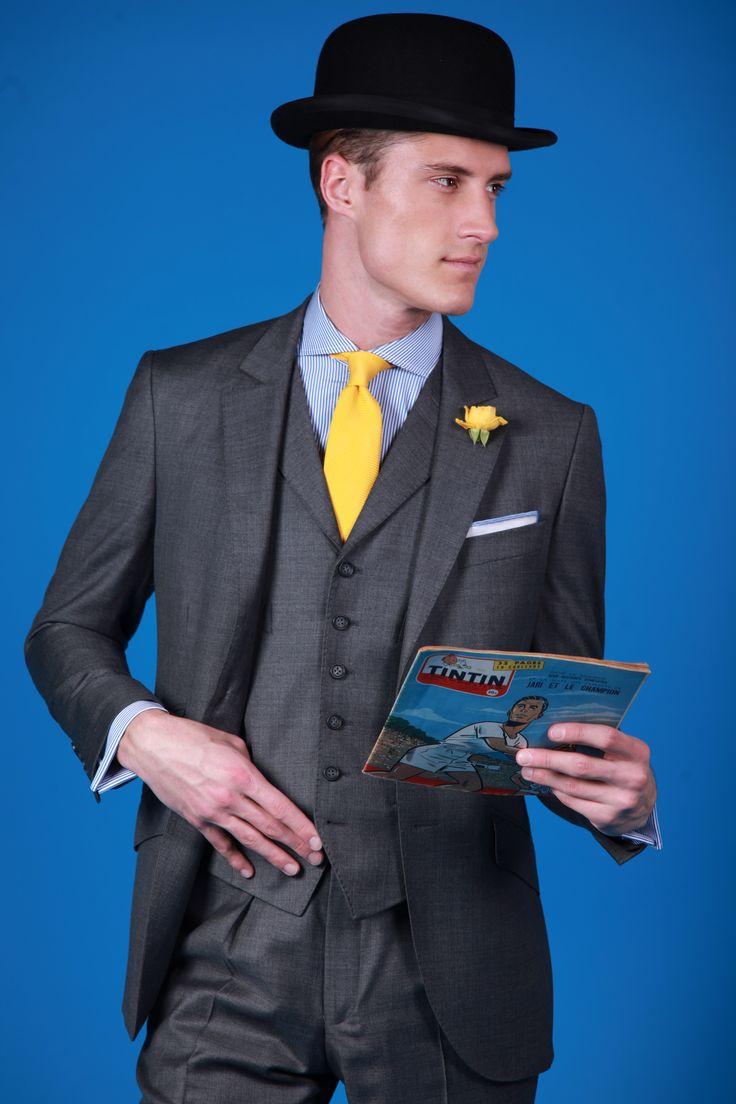 Costume trois pièces Kensington en tissu fil à fil gris sublime et laine super 120. Veste à deux boutons, coupe anglaise, poches en bias avec petites poches tickets.