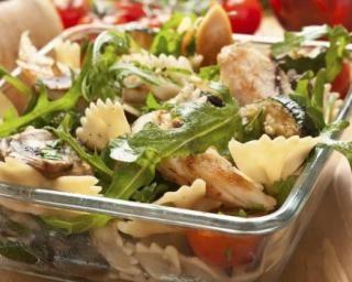 Salade de pâtes au poulet et aux crudités