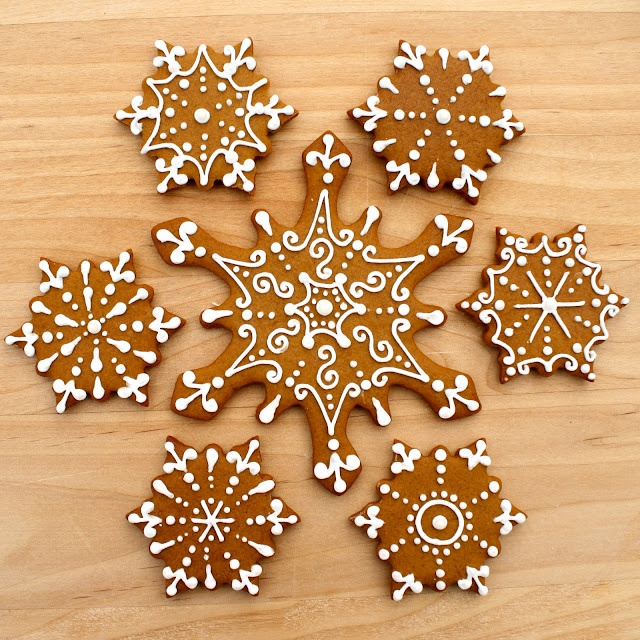 Iced Gingerbread Snowflakes - soooo pretty