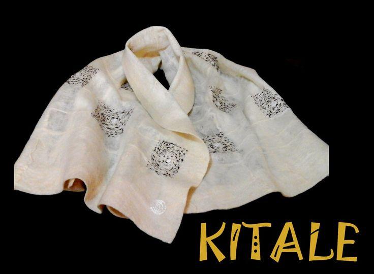 Echarpe blanco realizado en fieltro nuno, con detalles  bordados jaspeados (café con blanco)  en lana de alpaca.