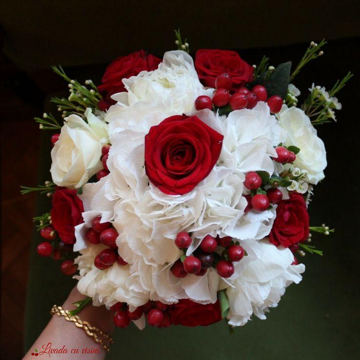 #red #shesaidyes #bride #sayitwithflowers #flowers #bouquet #weddingflowers #madewithjoy #madewithlove #livadacuvisini #paulamoldovan #floraldesign #buchet #nunta #bucuresti #flori #hydrangea #hypericum #roses #hortensia