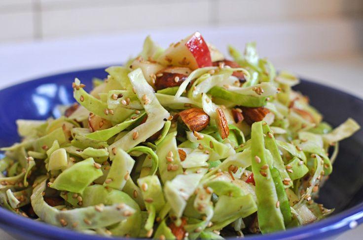 Spidskaalsalat; Til en stor skål salat ( 3-4 personer) bruges der: 1 lille spidskål eller 2/3 stort, 2 æbler, 100 gram mandler, 1/2 dl. sesamfrø, 2 spsk. olivenolie, 1 spsk. sirup ( gerne æble eller stikkelsbær), 3 spsk. æblecidereddike eller æbleeddike, salt, peber.