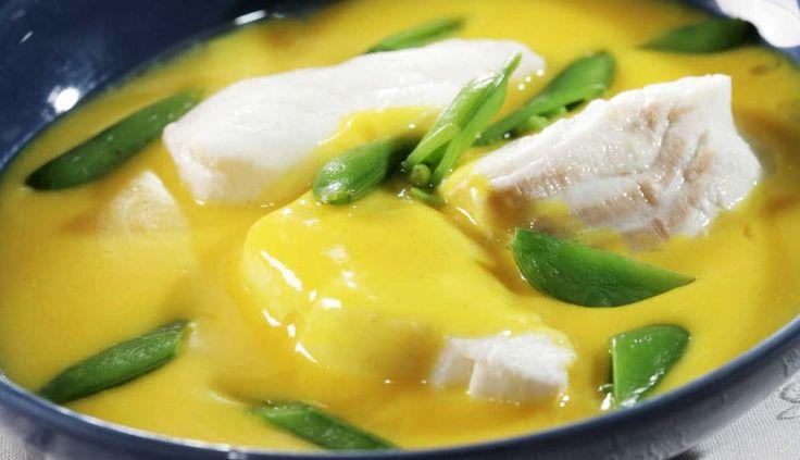 Hvitvin, safran og sitron gir denne sausen en spennende smak. Server torsken i sausen med poteter, sukkererter eller andre gode grønnsaker. Dette er en oppskrift for de hyggelige stunder.