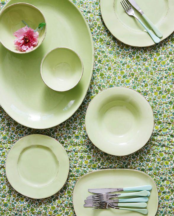 Das Ceramic Geschirr in pale green von Rice bringt den Sommer an den Tisch