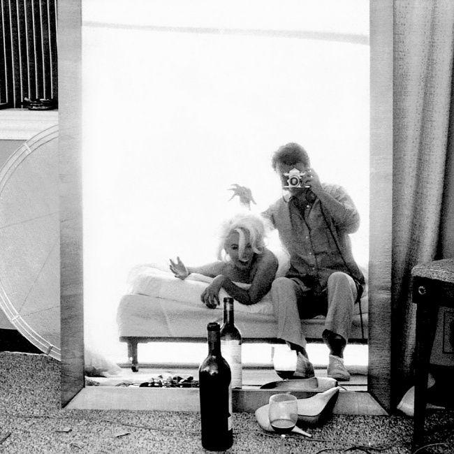 В 1962 году известный американский фотограф Берт Стерн за три съемочных дня создал более двух с половиной тысяч портретов кинодивы. Именно эту популярную серию фотографий, снятую в лос-анджелесском отеле 'Бель-Эйр', принято считать последней съемкой актрисы. Через три недели после этой фотосессии Мэрилин не стало