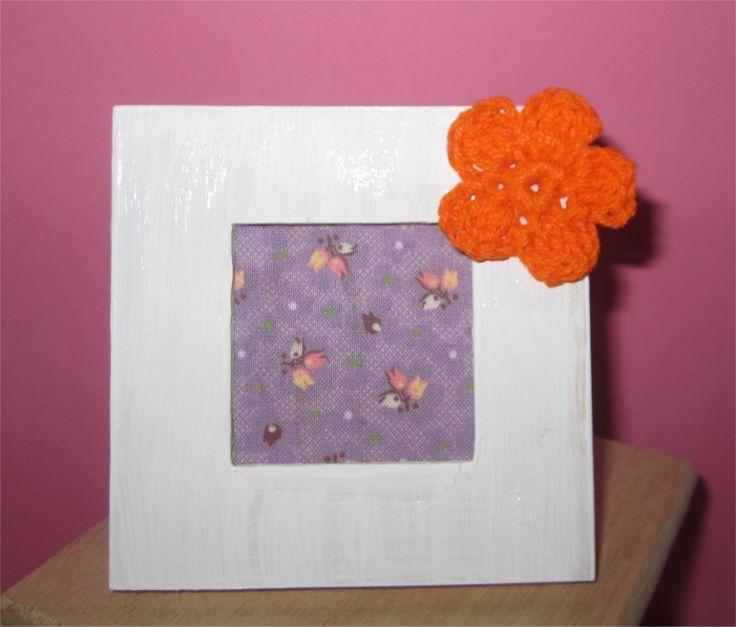 Mini Cadre blanc décoré d'une fleur au crochet orange : Décorations murales par atelier-crochet