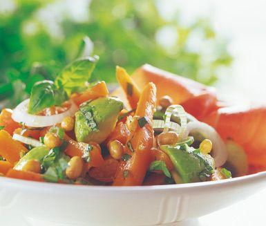 En vacker sallad med en utmärkt kombination av de spänstiga morötterna och mjuka, kladdiga avokadon. Du blandar även i lök, rostade sojabönor och basilika och ringlar slutligen över olivolja och balsamvinäger.