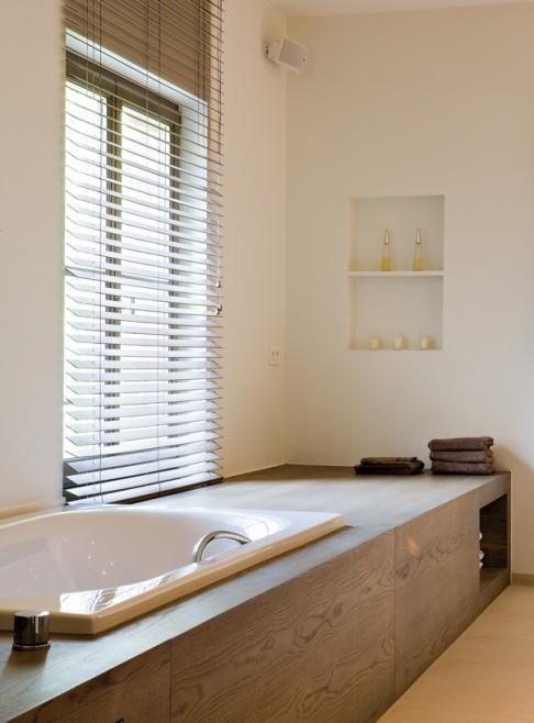 Ook in de badkamer werkt de combinatie hout met wit #pintratuin